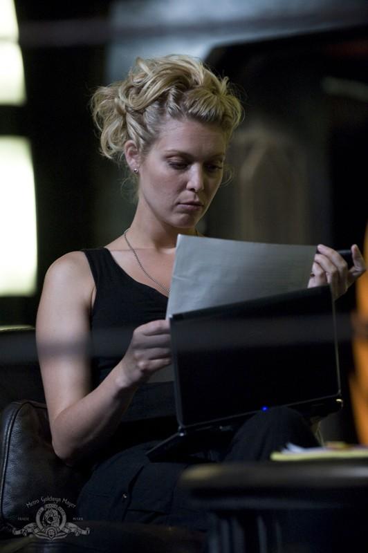 TJ (Alaina Kalanj) legge un documento in un momento dell'episodio Space di Stargate Universe