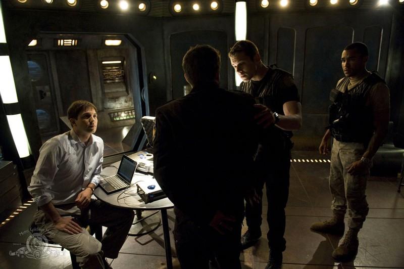 Tygh Runyan, Justin Louis (di spalle), Brian J. Smith e Jamil Walker Smith nell'episodio Space di Stargate Universe