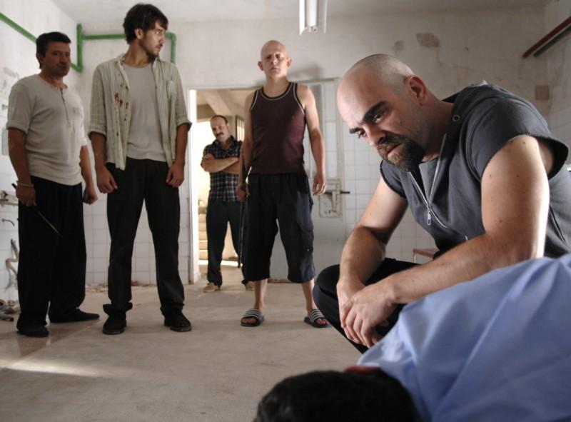 Un'immagine del film Cella 211 con Félix Cubero, Alberto Ammann, Luis Tosar e Carlos Bardem