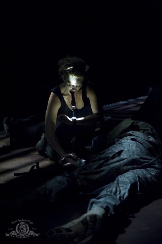 Un momento dell'episodio Space di Stargate Universe con TJ (Alaina Kalanj)