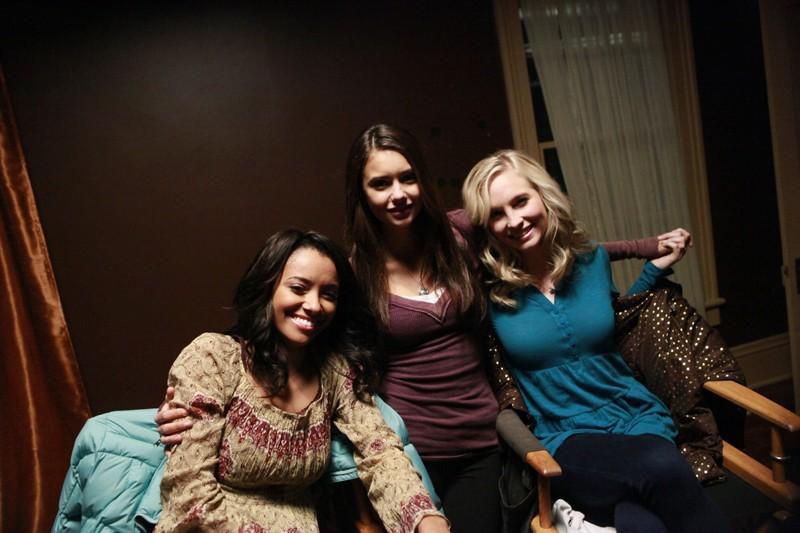 Una foto di: Katerina Graham, Nina Dobrev e Candice Accola dal set di Vampire Diaries