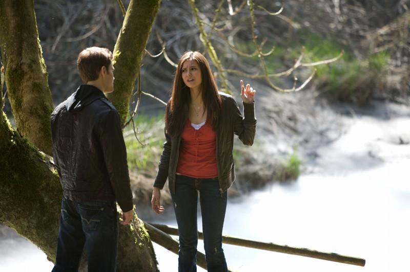 Una scena del primo episodio di Vampire Diaries con Nina Dobrev e Paul Wesley