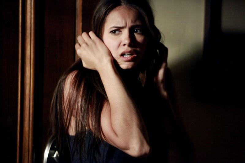 Una spaventata Elena (Nina Dobrev) nell'episodio Family Ties  della serie The Vampire Diaries
