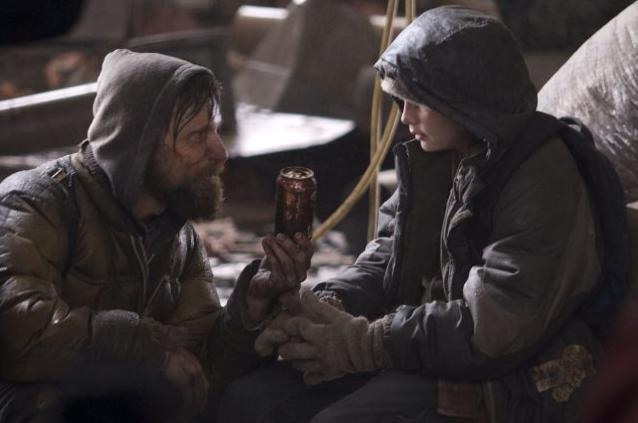 Viggo Mortensen e Kodi Smit-McPhee in una sequenza del film The Road
