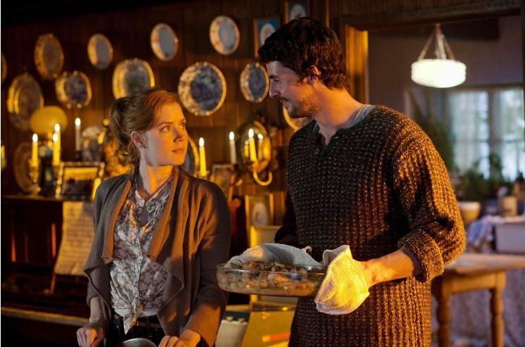 Amy Adams e Matthew Goode in una scena della commedia romantica Una proposta per dire sì