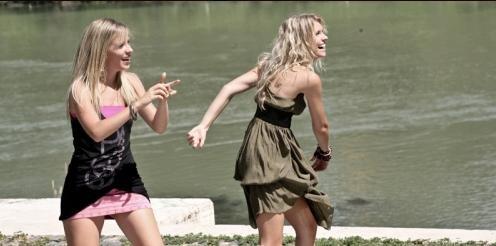 Cecilia Albertini e Laura Adriani in una scena del film Piazza Giochi