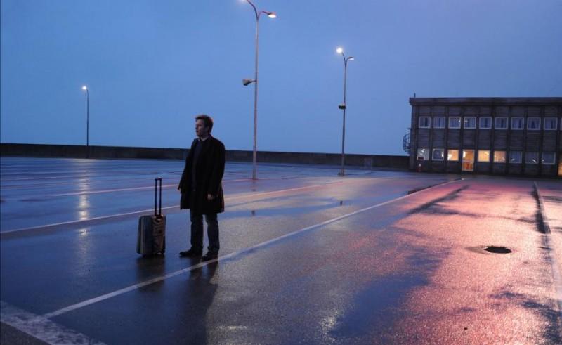 Ewan McGregor in una suggestiva immagine del film L'uomo nell'ombra