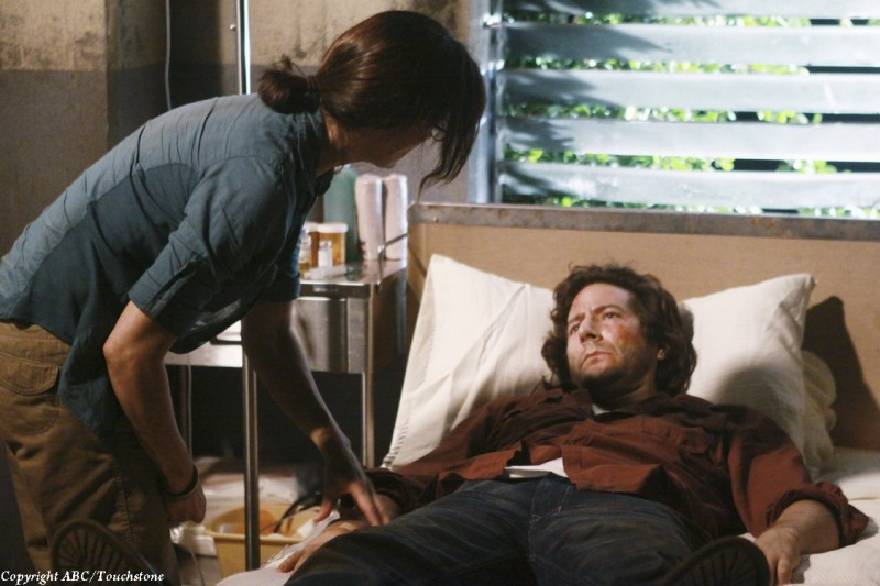 Henry Ian Cusick e Sheila Kelley nell'episodio Happily Ever After di Lost