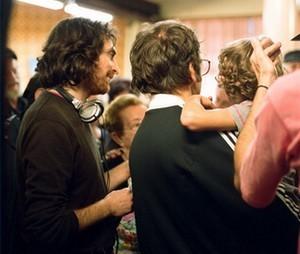 Il regista Micha Wald con il piccolo Nassim Ben Abdeloumen tra le braccia di Jonathan Zaccaï sul set di Simon Konianski