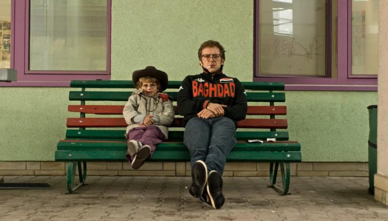 Jonathan Zaccaï con il piccolo Nassim Ben Abdeloumen in un'immagine del film Simon Konianski