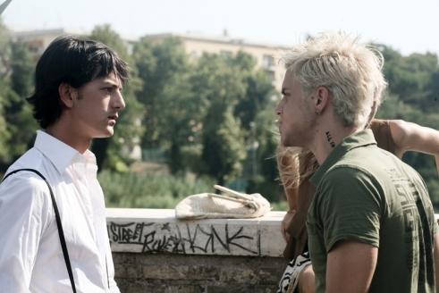 Lorenzo De Angelis con Andrea Montovoli in una scena del film Piazza Giochi