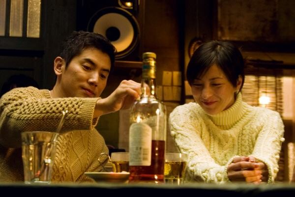 Masahiro Motoki e Ryoko Hirosue in un'immagine del film Departures