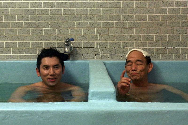 Masahiro Motoki e Takashi Sasano in una scena del film Departures
