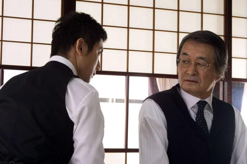 Masahiro Motoki e Tsutomu Yamazaki in una scena del film Departures