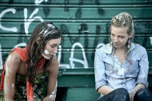 Nausicaa Benedettini e Laura Adriani in un'immagine del film Piazza Giochi