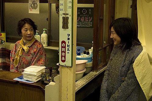 Ryoko Hirosue in una scena del film Departures
