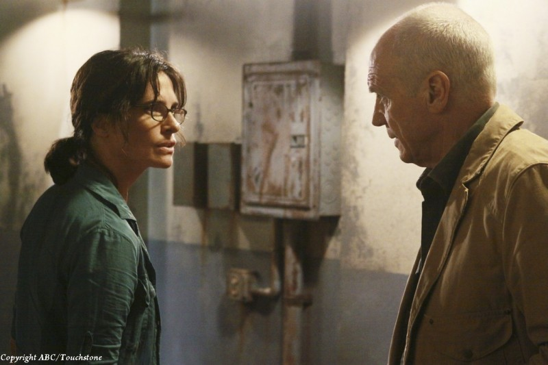 Sheila Kelley ed Alan Dale nell'episodio Happily Ever After di Lost