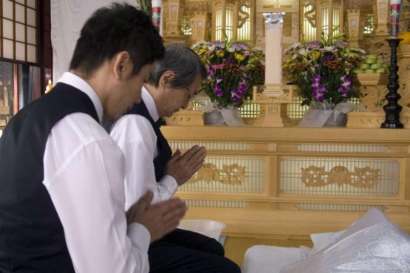 Tsutomu Yamazaki e Masahiro Motoki in un'immagine del film Departures