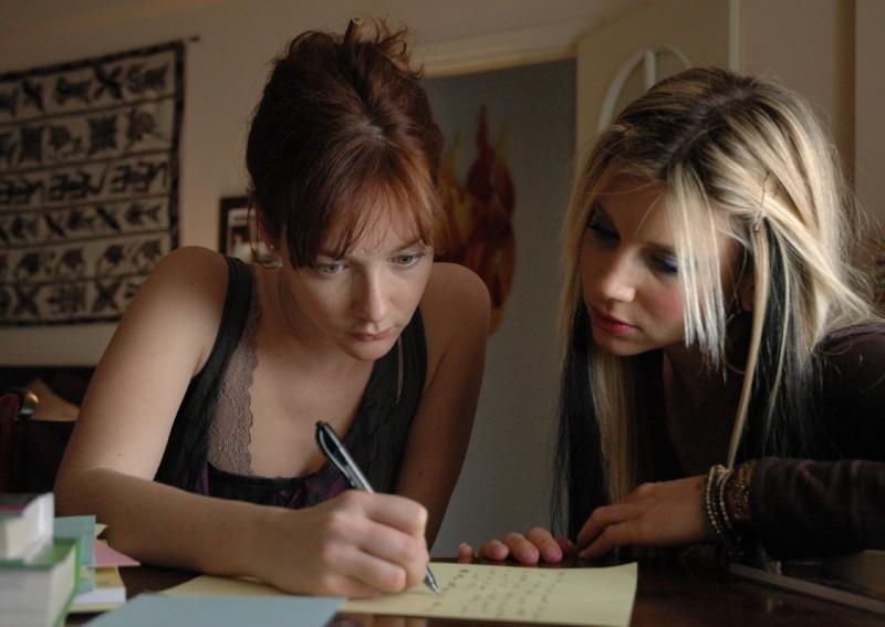 Cristiana Capotondi e Nicoletta Romanoff in una scena del film Dalla vita in poi
