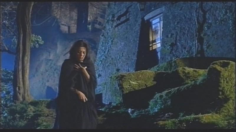 Fabienne Dali in una sequenza del film Operazione paura (1966)