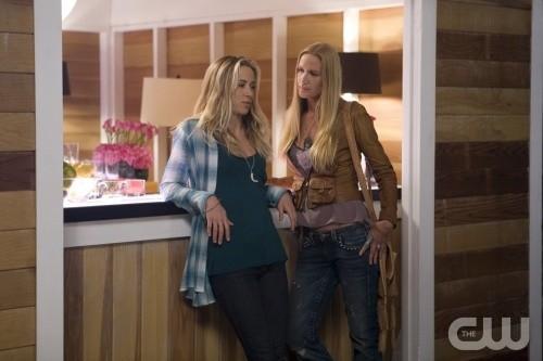 Gillian Zinser e Kelly Lynch in una scena dell'episodio Sweaty Palms and Weak Knees di 90210