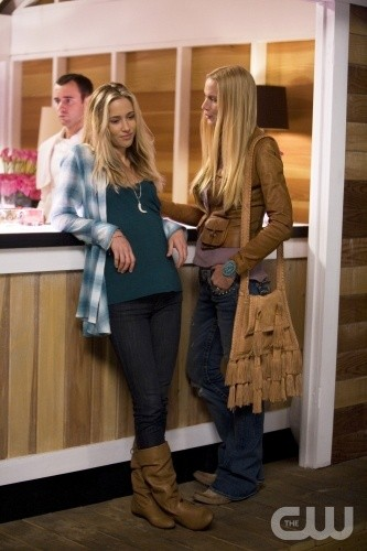 Gillian Zinser e Kelly Lynch nell'episodio Sweaty Palms and Weak Knees di 90210