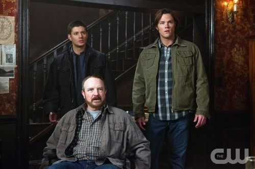Supernatural: Jensen Ackles, Jared Padalecki e Jim Beaver in una scena dell'episodio Dead Men Don't Wear Plaid