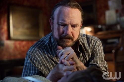 Supernatural: Jim Beaver in un momento drammatico dell'episodio Dead Men Don't Wear Plaid