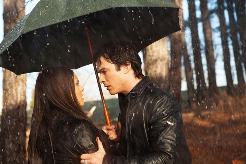 Damon (Ian Somerhalder) discute con Elena (Nina Dobrev), sotto la pioggia, nell'episodio Let the Right One In di Vampire Diaries
