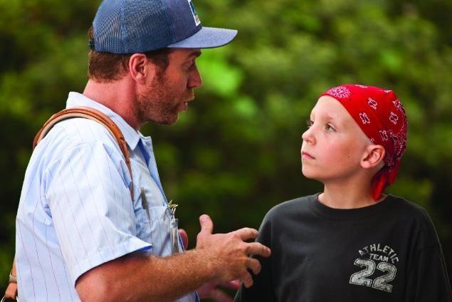 Jeffrey Johnson e il piccolo Tanner Maguire in un'immagine del film Letters to God