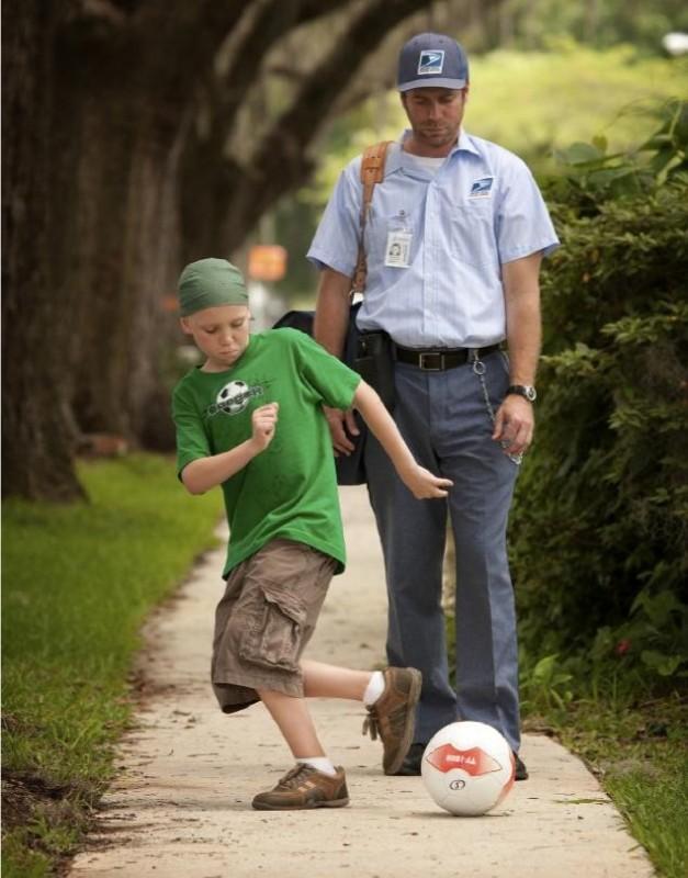 Jeffrey Johnson e il piccolo Tanner Maguire in una scena del film Letters to God