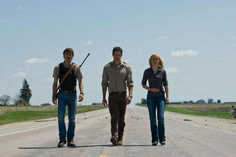Joe Anderson, Timothy Olyphant e Radha Mitchell nello scenario apocalittico del film The Crazies