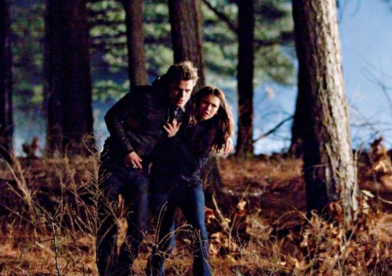 Nina Dobrev aiuta Paul Wesley in una sequenza dell'episodio Let the Right One In di Vampire Diaries