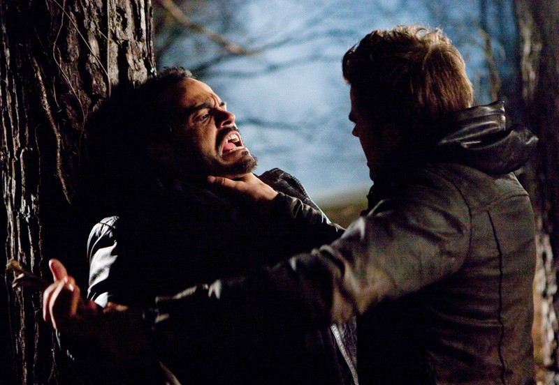 Stefan (Paul Wesley) affronta Frederick (Stephen Martines) nell'episodio Let the Right One In di Vampire Diaries