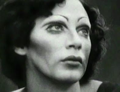 Primo piano di Holly Woodlawn, icona di Warhol.