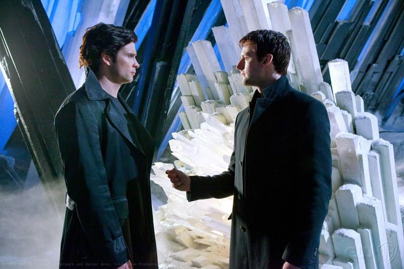 Tom Welling discute con Callum Blue alla Fortezza in una scena dell'episodio Upgrade di Smallville