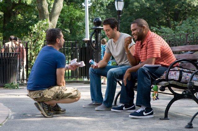 Alex O'Loughlin e Anthony Anderson sul set della commedia Piacere, sono un po' incinta con il regista Alan Poul