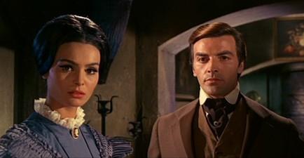 Daliah Lavi e Tony Kendall in una scena del film La frusta e il corpo (1963)