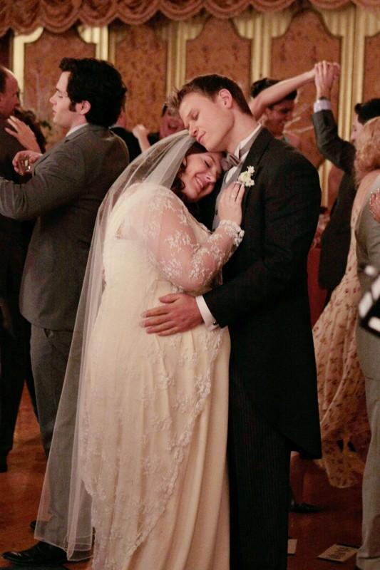 Dorota (Zuzanna Szadkowski) e Vanya (Aaron Schwartz) danzano abbracciati in: The Unblairable Lightness of Being di Gossip Girl