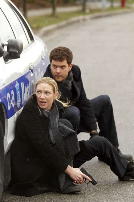 Fringe: Anna Torv e Joshua Jackson nell'episodio The Man from the Other Side