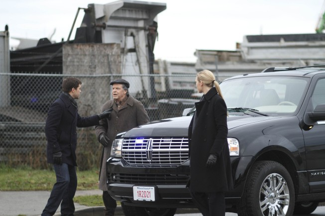 Fringe: Anna Torv, John Noble e Joshua Jackson nell'episodio The Man from the Other Side