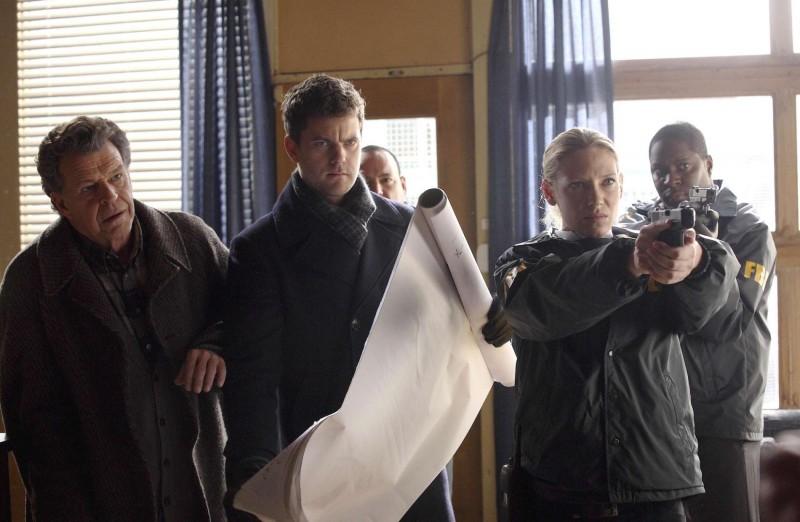 Fringe: John Noble, Anna Torv e Joshua Jackson nell'episodio White Tulip