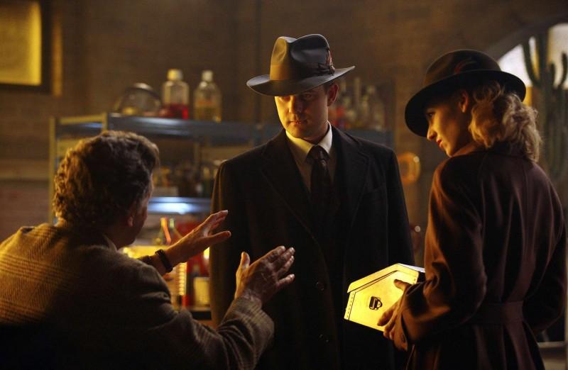 Fringe: John Noble, Joshua Jackson ed Anna Torv in una delle prime immagini dell'episodio musicale Brown Betty