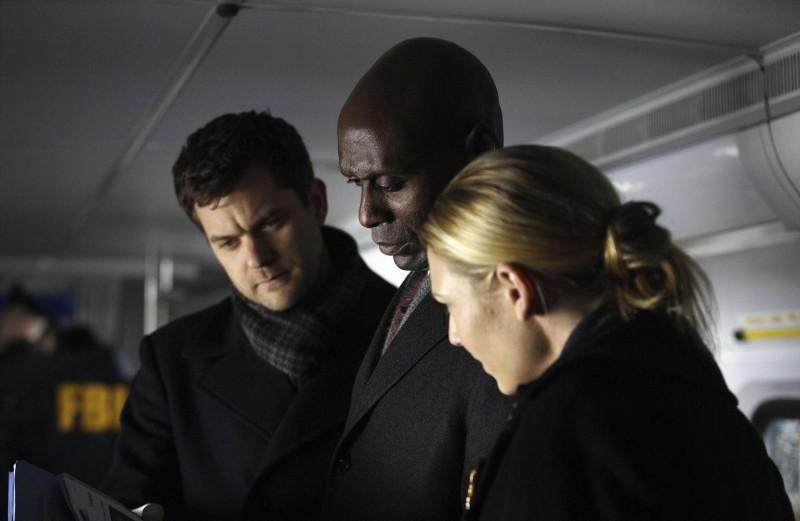 Fringe: Lance Reddick, Anna Torv e Joshua Jackson nell'episodio White Tulip