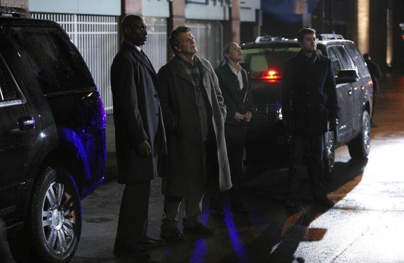 Fringe: Lance Reddick, John Noble, Anna Torv e Joshua Jackson nell'episodio White Tulip