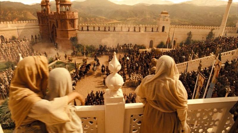 Gli abitanti di Alamut ammirano l'ingresso del re Sharaman dopo la presa della città nel film Prince of Persia: Le sabbie del tempo