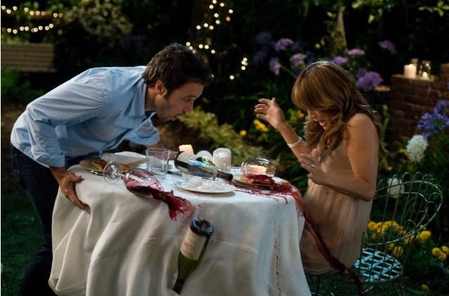 Jennifer Lopez e Alex O'Loughlin in una scena divertente del film Piacere, sono un po' incinta