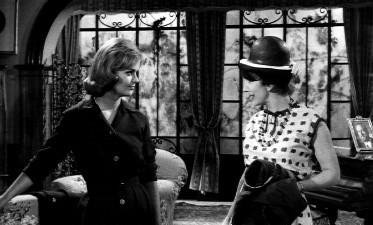Letícia Román e Valentina Cortese in una scena del film La ragazza che sapeva troppo (1962)