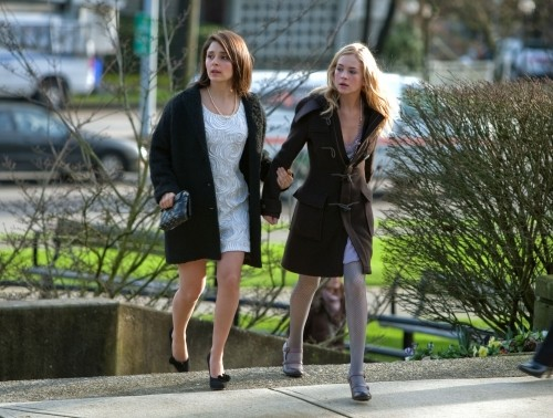 Life UneXpected: Shiri Appleby e Brittany Robertson in una scena dell'episodio Love Unexpected