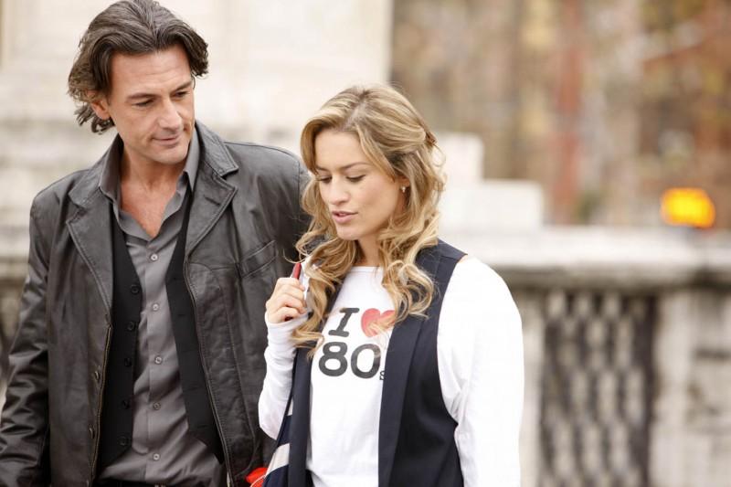 Lola Ponce e Roberto Farnesi in una scena della fiction Colpo di fulmine